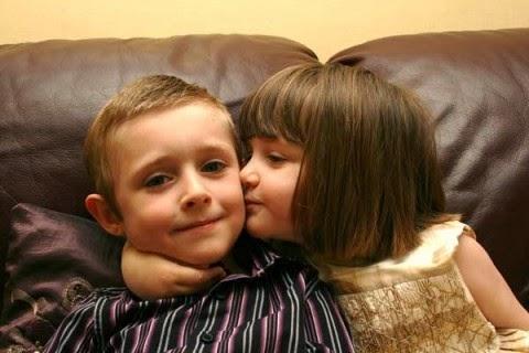 Gambar lucu bayi-bayi romatis berciuman