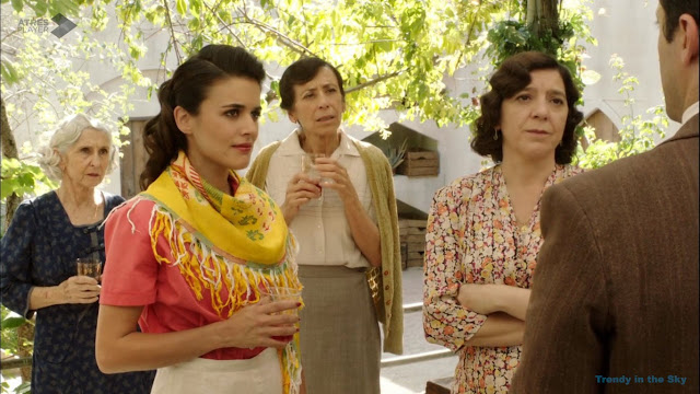 Sira Quiroga blusa coral y falda blanca. El tiempo entre costuras. Capítulo 6.