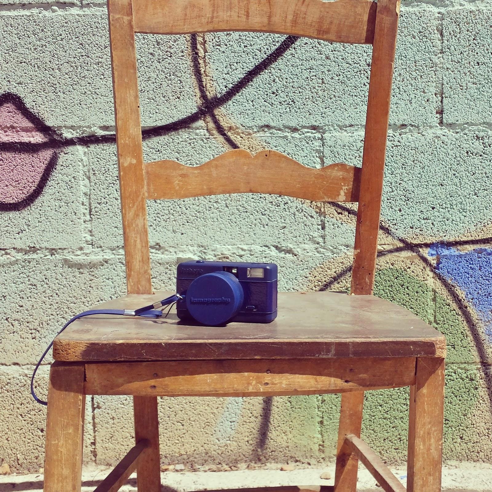 Un look fresco y casual para acompañar a mi cámara fisheye de lomography en azul marino, una falda pantalón negra de stradivarius, un top azulon de Mango, zapatillas de gimnasta de Victoria y bolso con cadena de Zara.
