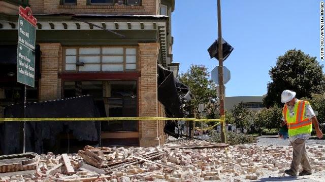 Dan Kavarian, kepala bangunan pejabat kota Napa, survei bangunan pada tanggal 24 Agustus di Napa, California.