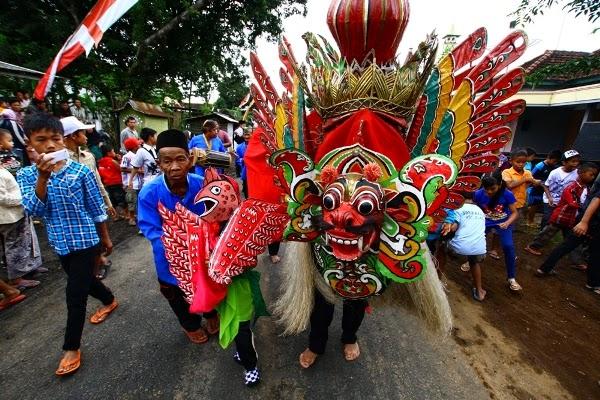 Tradisi Barong Ider Bumi suku Osing, Desa Kemiren, Banyuwangi.