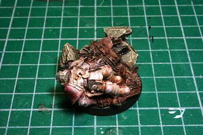 Marines 3 yaciendo de la peana escénica de Angron