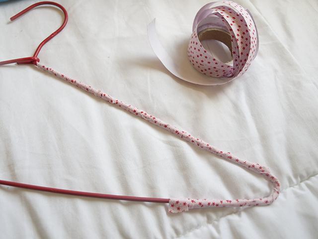 Milowcostblog diy percha con fabric tape - Moviendo perchas ...
