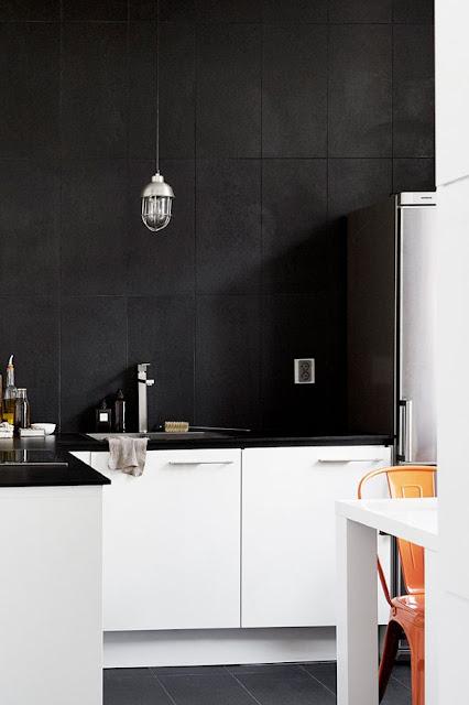 matte sorte fliser i køkkenet