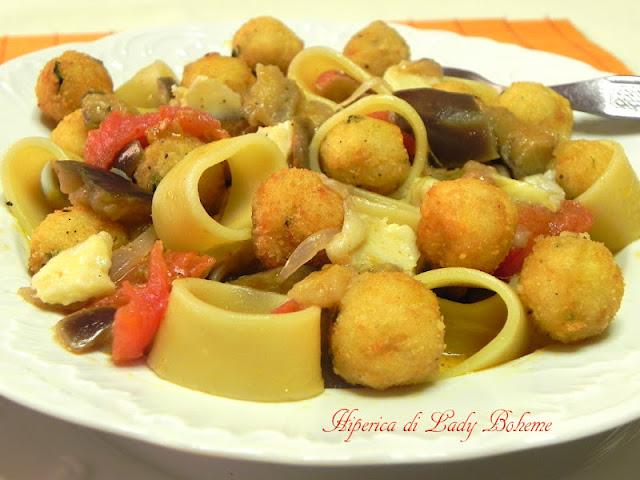 hiperica_lady_boheme_blog_di_cucina_ricette_gustose_facili_veloci_pasta_con_melanzane_scamorza_polpettine_di_pane