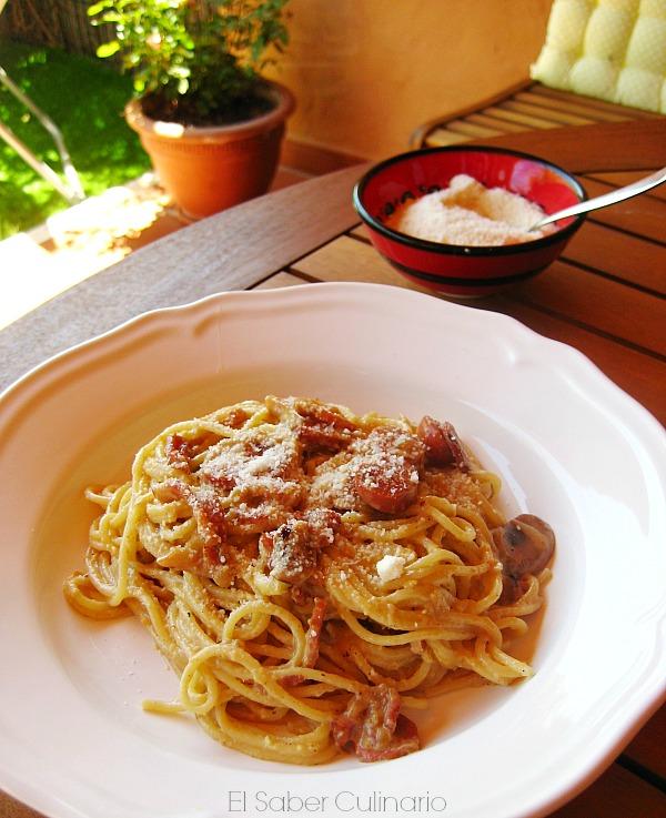 espaguetis carbonara con nata y huevos