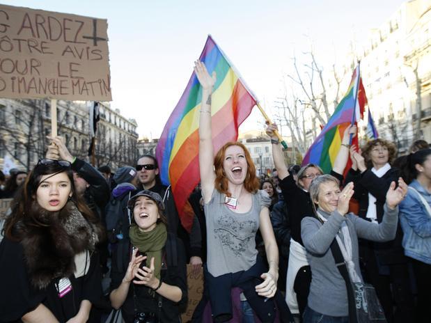 França legaliza o casamento igualitário, 14º país do mundo