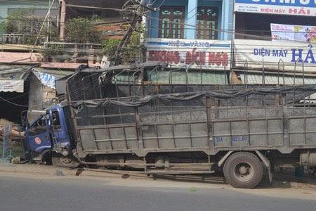 Nổ lốp, xe tải lao vào nhà dân