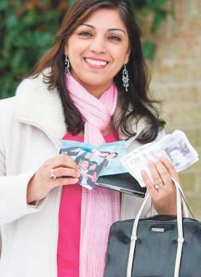 Parveen Ashraf bersama beg tangannya yang hilang 7 tahun lalu.