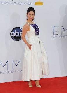 Emilia Clarke emmys 2012 alfombra roja - Juego de Tronos en los siete reinos