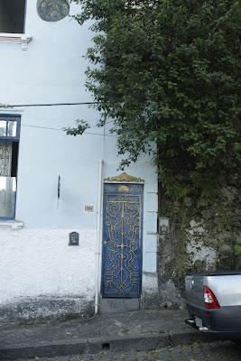 puerta de atelier de arquitectura cerca al parque das ruínas en río de janeiro