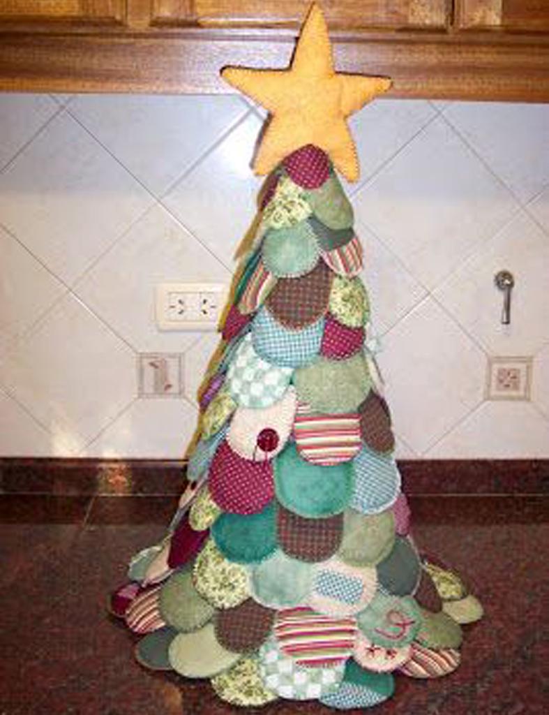 y ni se os ocurra tirar a la basura las corbatas pasadas de moda seguro que triunfis entre vuestros amigos si montis un rbol tan creativo como este de - Arbol De Navidad De Tela