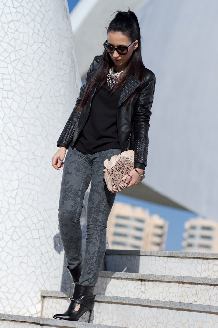Streetstyle in Valencia with Total Black Look Rock Style with reversible pants