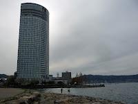 超高層ホテルがあり、数人が釣りを楽しんでいた