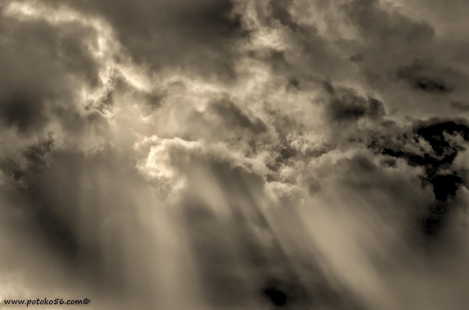 El cielo de Rota esta mañana el sol abriéndose camino entre las nubes