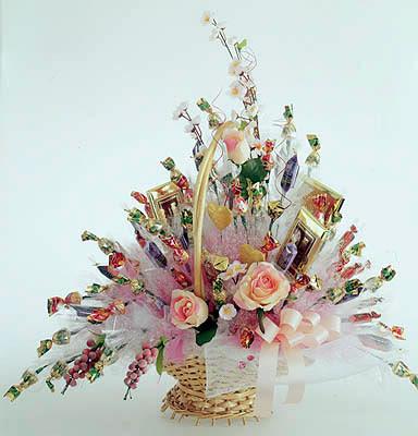 Подарок из цветов и конфет на свадьбу