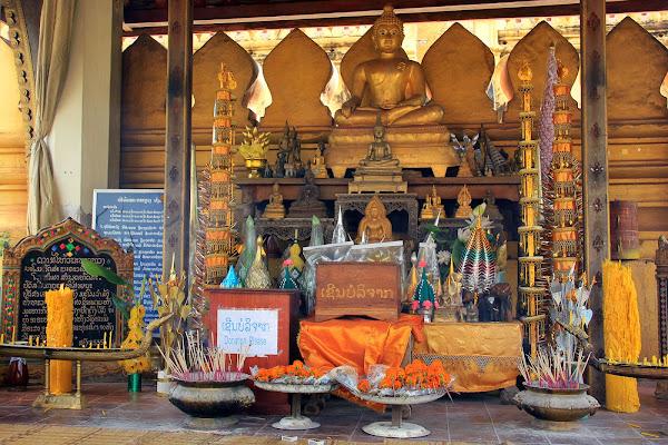 Altar budista en el interior de Pha That Luang