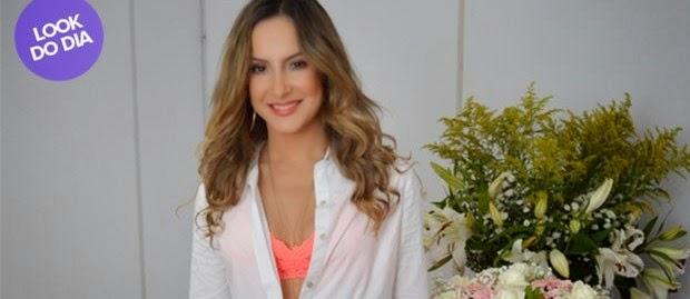 Claudia Leitte escolheu um short bem curtinho para se apresentar em Salvador