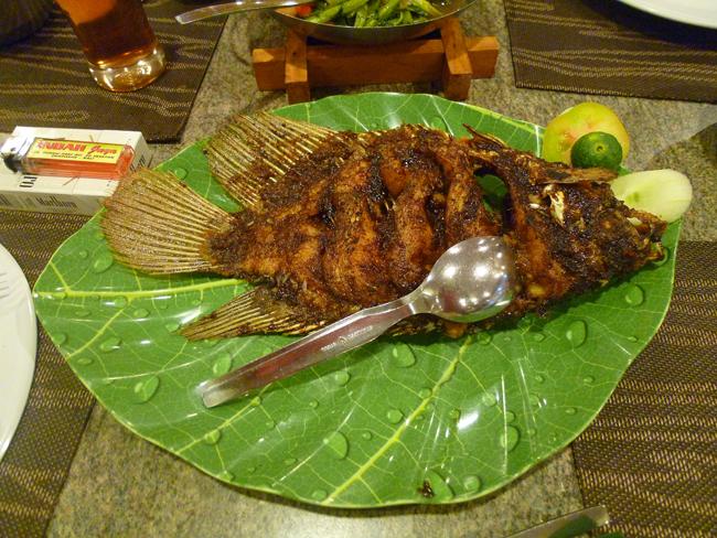 Ikan bakar - Pescado a la barbacoa con salsa de soja