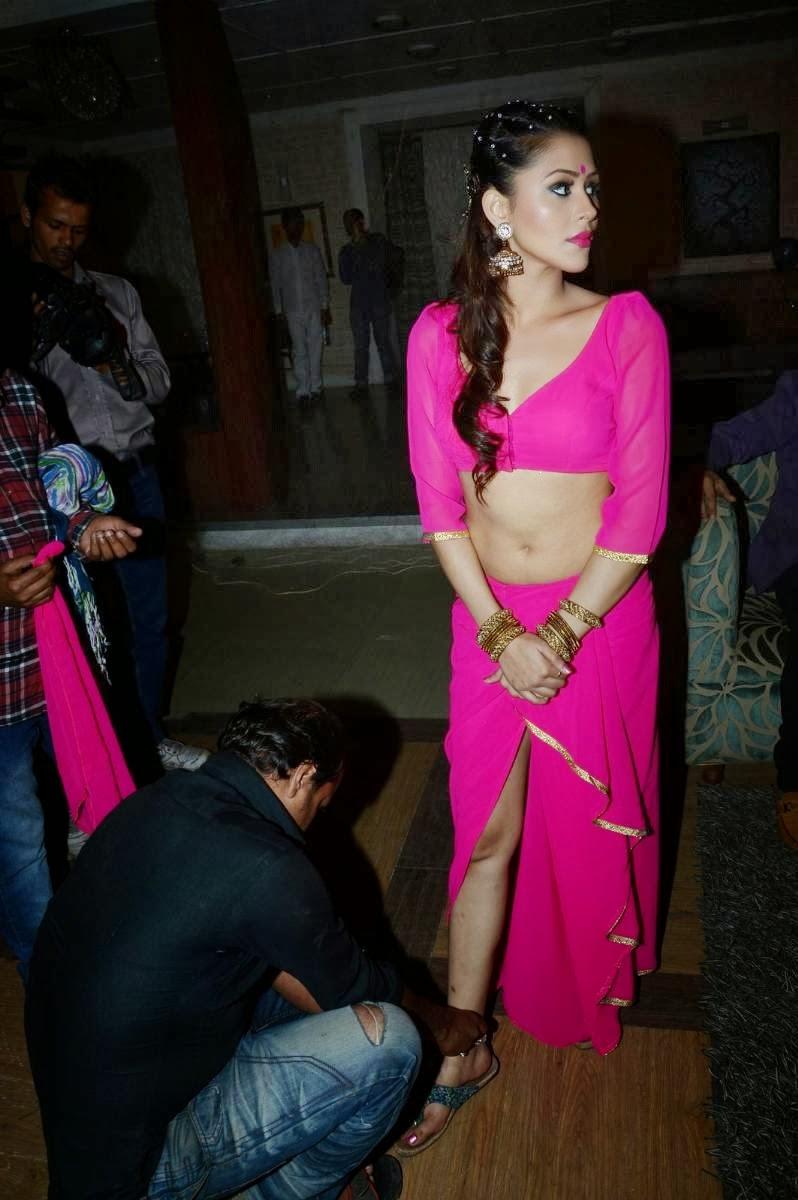 actress navel show in mainu ek ladki chahiye movie item song making photos
