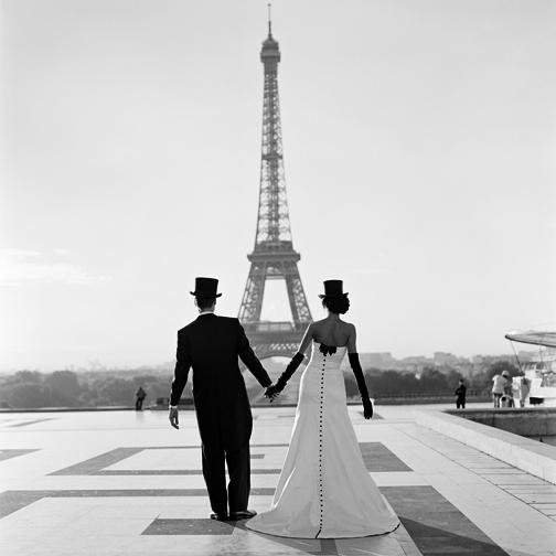 жених и невеста взгляд на эйфелеву башню