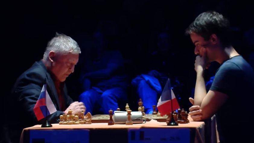 A 64 ans, le stratège Anatoly Karpov élimine son cadet de 40 ans Romain Edouard (24 ans) en blitz à la cadence de 3 minutes + 2 secondes pour toute la partie - Photo © Capechecs