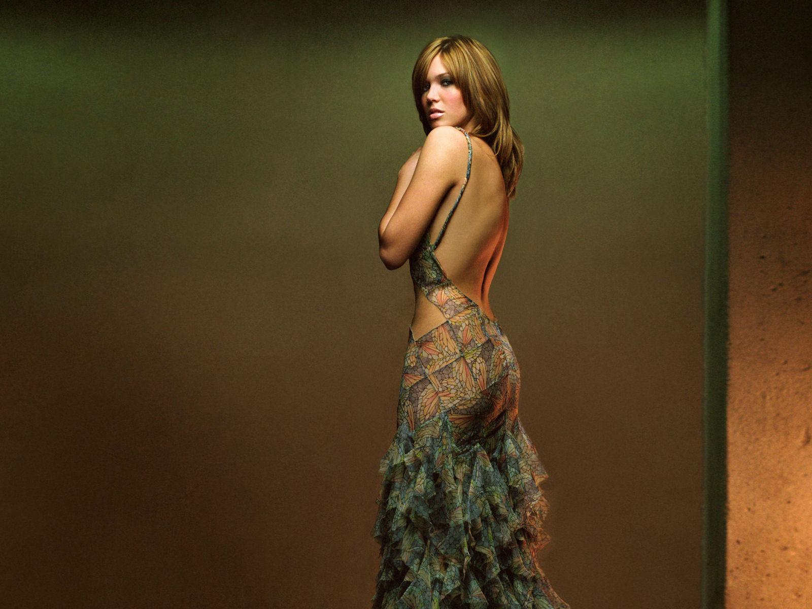 http://1.bp.blogspot.com/-8ePGEdIpus4/Ty6duLSMYuI/AAAAAAAAESM/o4AA8KIJuWY/s1600/mandy-moore-wallpaper.jpg