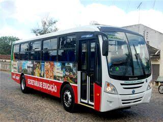 Prefeitura de Limoeiro mantém gratuidade no transporte universitário e entrega carteiras de acesso ao novatos