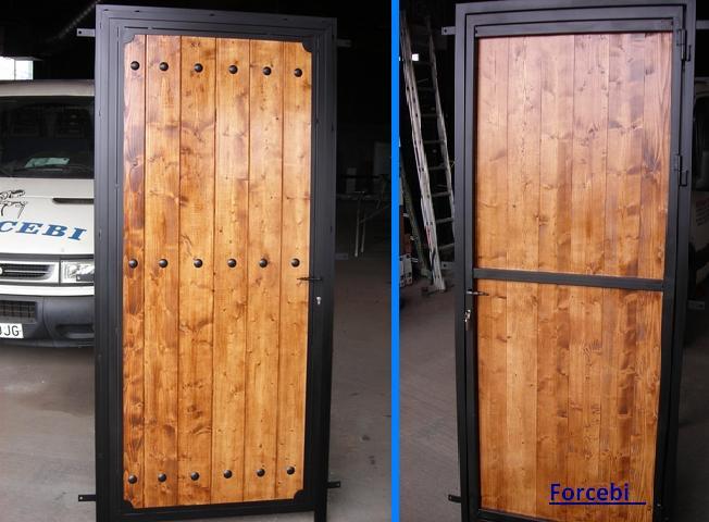 Puerta de forja y madera natural