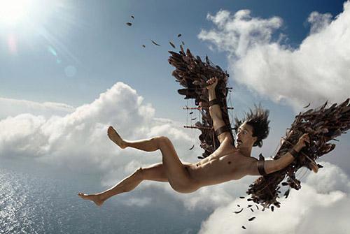 """Cette image représente un homme nu dans le ciel avec des ailes confectionnées et accrochées à ses bras. L'homme est en position de chute comme le montrent sa position dos vers le sol, ses membres qui partent dans toutes les directions ainsi que sa mine déconfite. Nul doute que l'homme mis en scène est le fameux Iacre de la mythologie grecque dont le mythe se résume à peu près à ceci : Ne pouvant emprunter ni la voie des mers, que Minos contrôlait, ni celle de la terre, Dédale eut l'idée, pour fuir la Crète, de fabriquer des ailes semblables à celles des oiseaux, confectionnées avec de la cire et des plumes. Il met en garde son fils, lui interdisant de s'approcher trop près de la mer, à cause de l'humidité, et du soleil, à cause de la chaleur. Mais Icare, grisé par le vol, oublie l'interdit et prenant trop d'altitude, la chaleur fait fondre progressivement la cire. Ses ailes finissent par le trahir et il meurt précipité dans la mer qui porte désormais son nom : la mer Icarienne. Cette image illustre le poème magnifique """"Icare"""" du Marginal Magnifique dans lequel le poète exprime la nature complexe et double de l'être humain, pris entre ses besoins concrets et ses désirs d'idéal. Ainsi le Marginal Magnifique dit l'envie de tous les hommes de s'élever; d'échapper à leur nature purement bestiale, entreprise que beaucoup tentent mais au final vouée à l'échec pour tous. Ce poème, court et concis, s'avère très riche de sens et profondément cynique et mélancolique"""