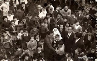 Niños esperando la roña en un bautizo en Candelario Salamanca