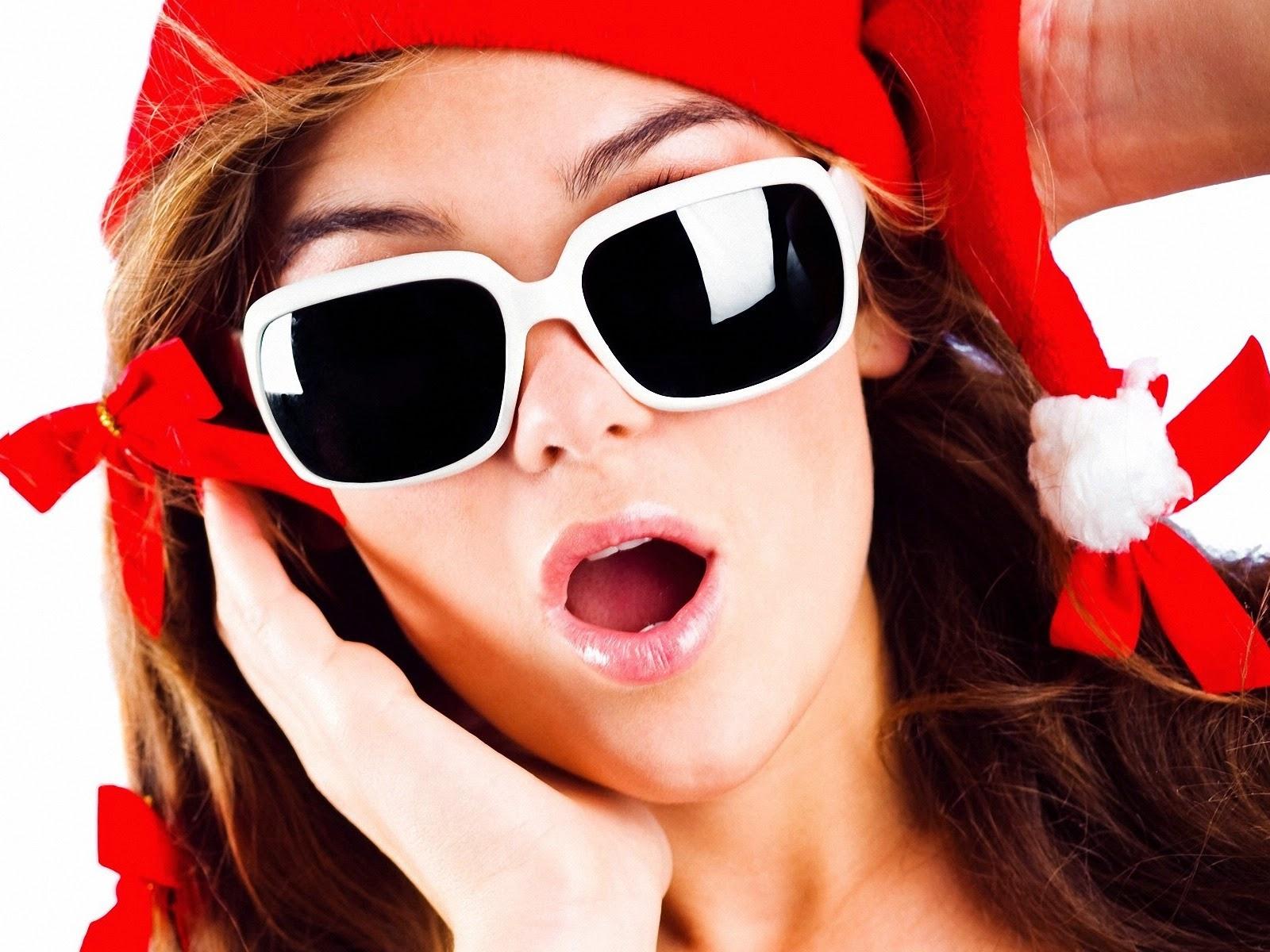 Wallpaper met kerst meisje met zonnebril