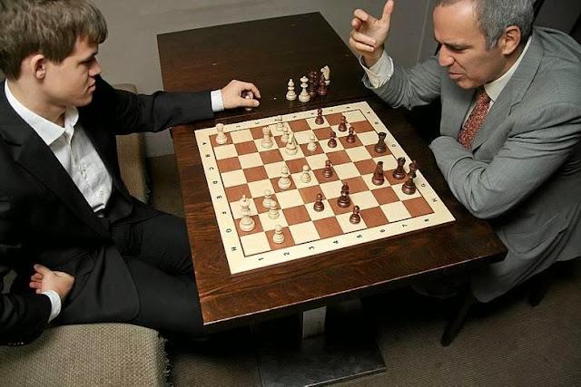 Deux champions du monde d'échecs : Garry Kasparov 50 ans et Magnus Carlsen 23 ans © Chess & Strategy