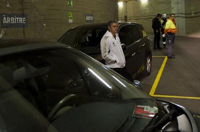 Mou espera al arbitro en el parking del Barça