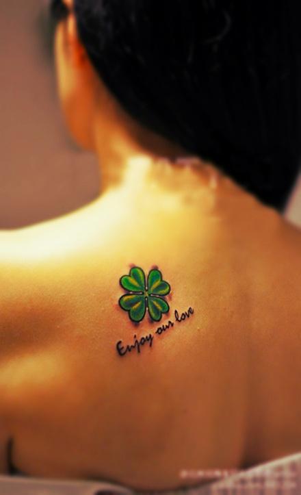 chica morena con tatuaje de trebol en el omoplato
