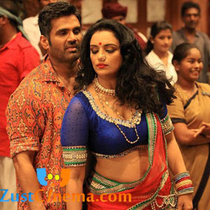 Swetha Menon dances with Sunil Shetty