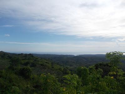 Pantai Crystal Bay terlihat dari Puncak Mundi, Nusa Penida, Bali