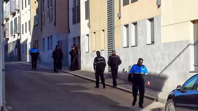 calle cortada y efectivos de la policia en Victor Gorzo