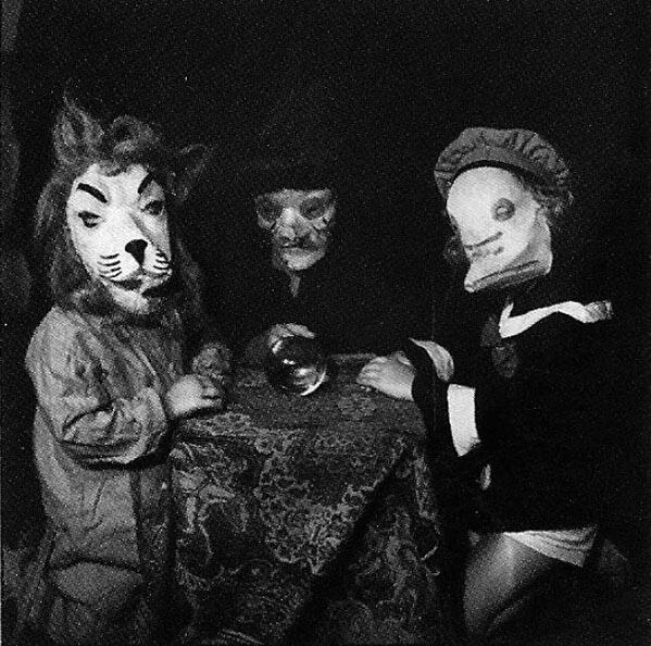 fotografia antigua de tres disfrazados en halloween
