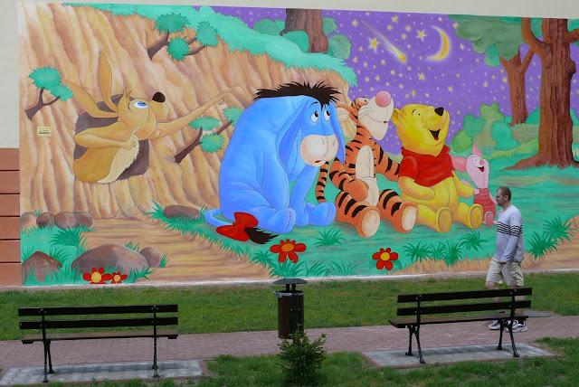 Malowanie obrazu na ścianie Kubuś Puchatek, mural w Ząbkach