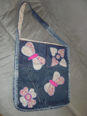 Bolsa jeans forrada e com apliques