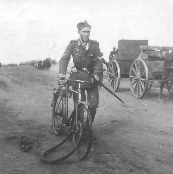 [Image: Heer+Soldier+with+bicycle+and+Wolchowstock.jpg]