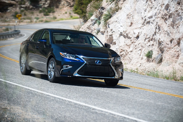 Front 3/4 view of 2016 Lexus ES 300h