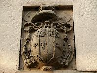 Escut episcopal sobre la llinda de la porta de l'ermita de Sant Lleïr