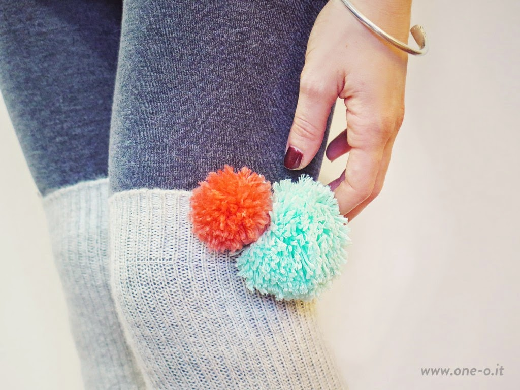 http://www.one-o.it/diy-yarn-pom-pom-legwarmers/#.VNCaki4qong