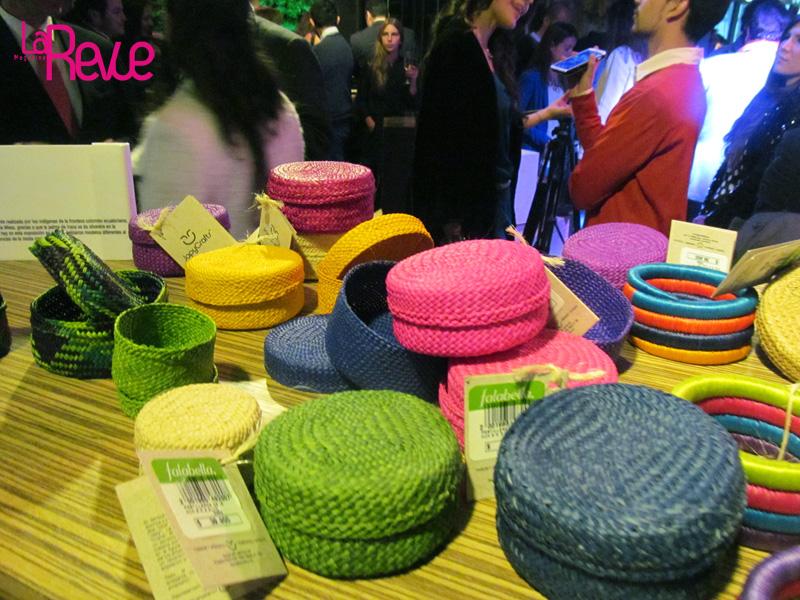 Los colores vivos están presentes en esta colección en diferentes productos como las alpargatas de fique guacamaya, las pulseras de fique guacamaya,