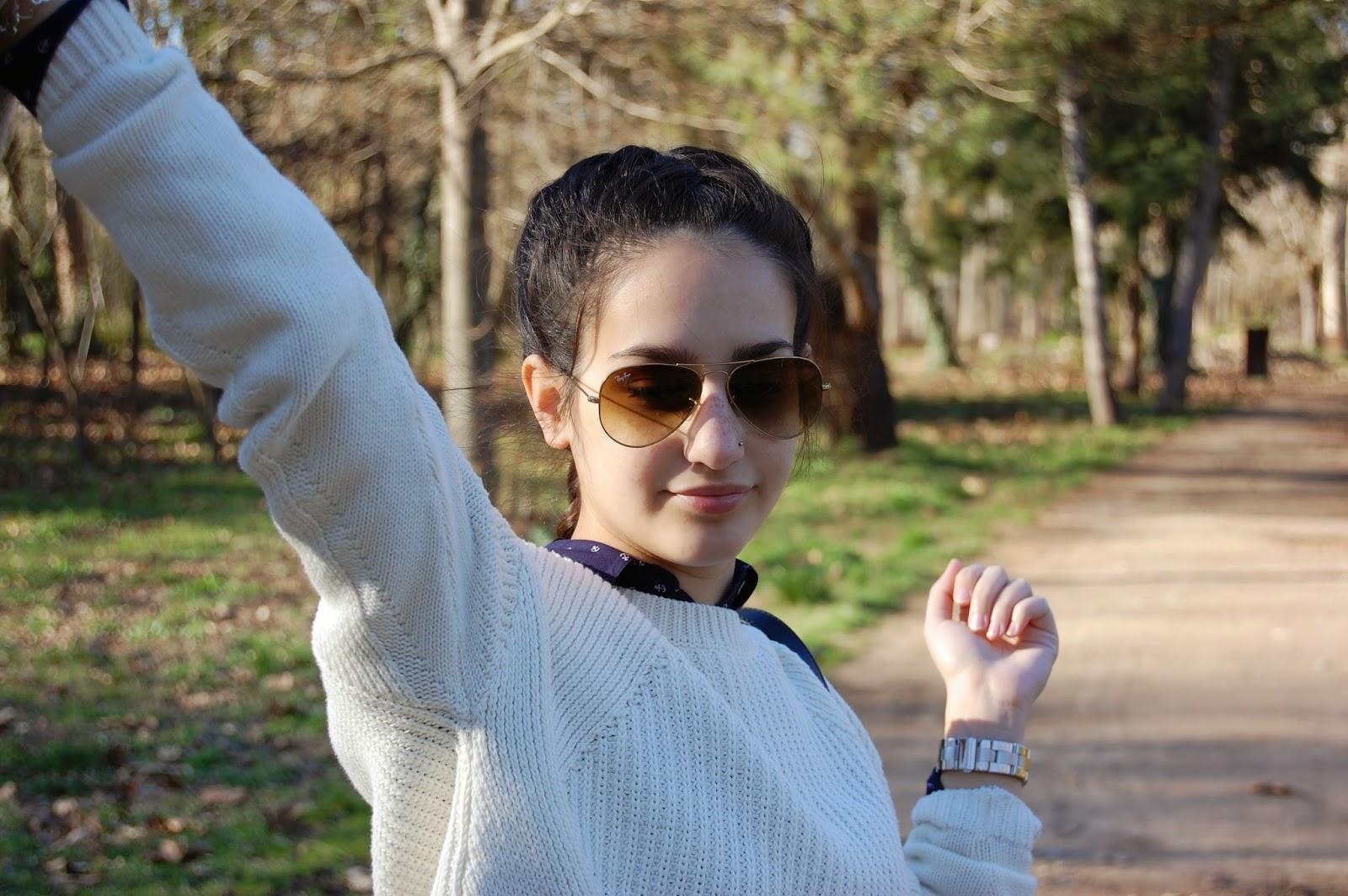 cazadora denim zara, jersey blanco mango, camisa azul zara, leggings azul marino zara, new balance negras, bolso bimba&lola beige, ray-ban aviator