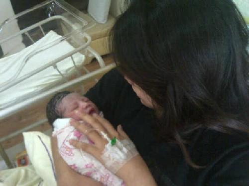 Bayi perempuan Nabil Ahmad selamat dilahirkan oleh Zira pada 25