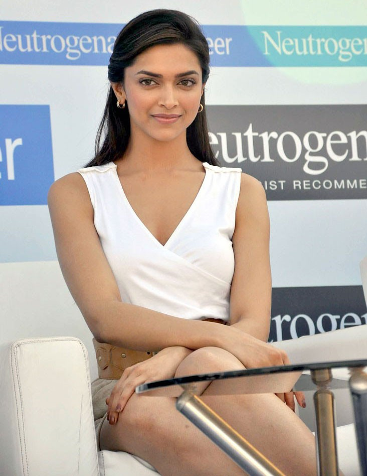 Hot Actress Deepika Padukone Pictures