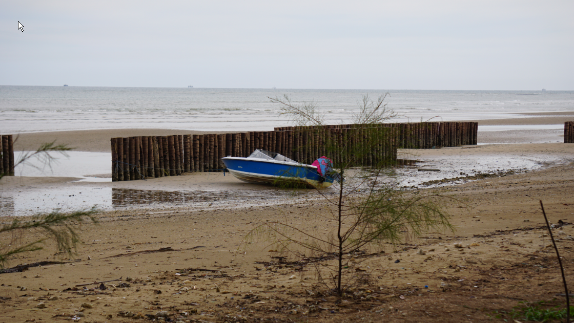 Air laut surut di pantai Lamaru